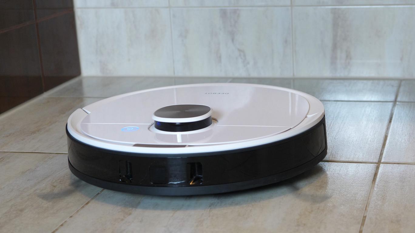 Ecovacs Deebot OZMO T8+ - recenzja robota sprzątającego - nisko w trakcie jazdy