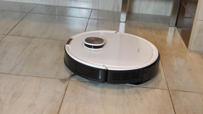 Ecovacs Deebot OZMO T8+ - robot w trakcie mopowania