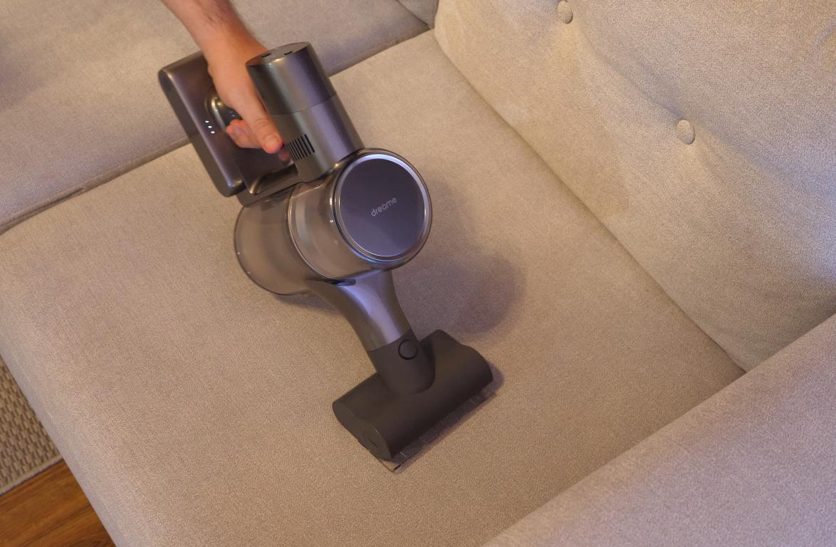 Dreame T20 Pro - recenzja - mała elektroszczotka - odkurzanie kanapy