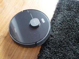 Dreame Bot D9 Max - recenzja robota sprzątającego o zwiększonej mocy - wjazd na czarny dywan